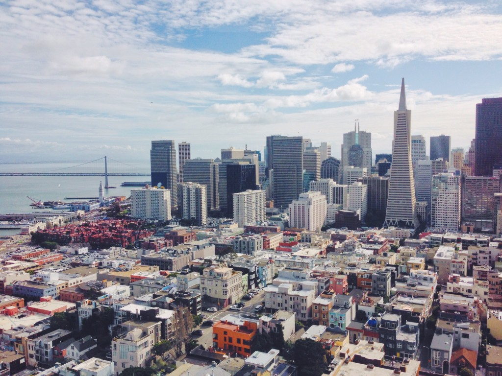 La vista panoramica del Financial District e del Bay Bridge di San Francisco dalla cima della Coit Tower