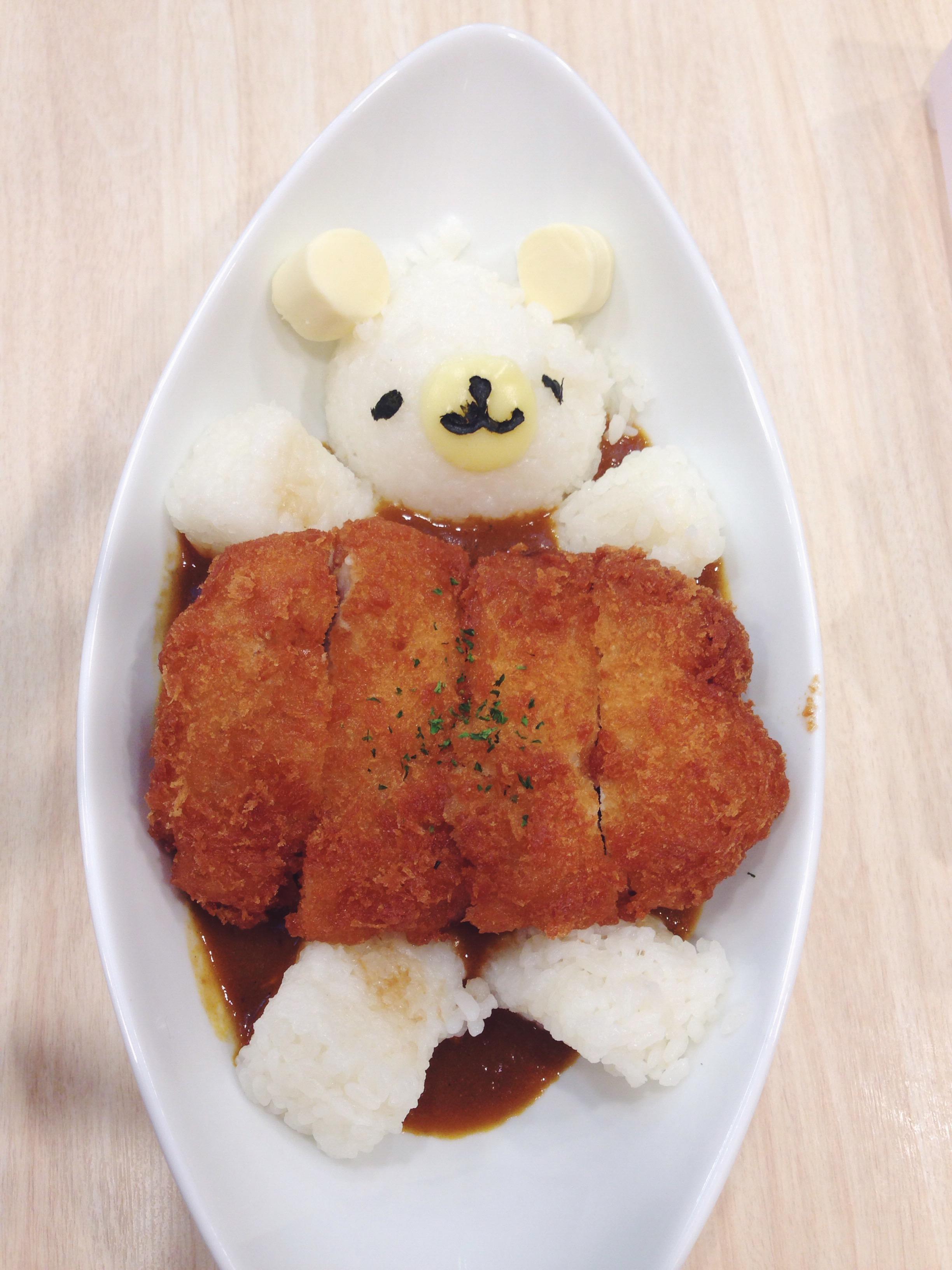 Riso con pollo al curry a forma di orsetto in un maid cafè in Giappone