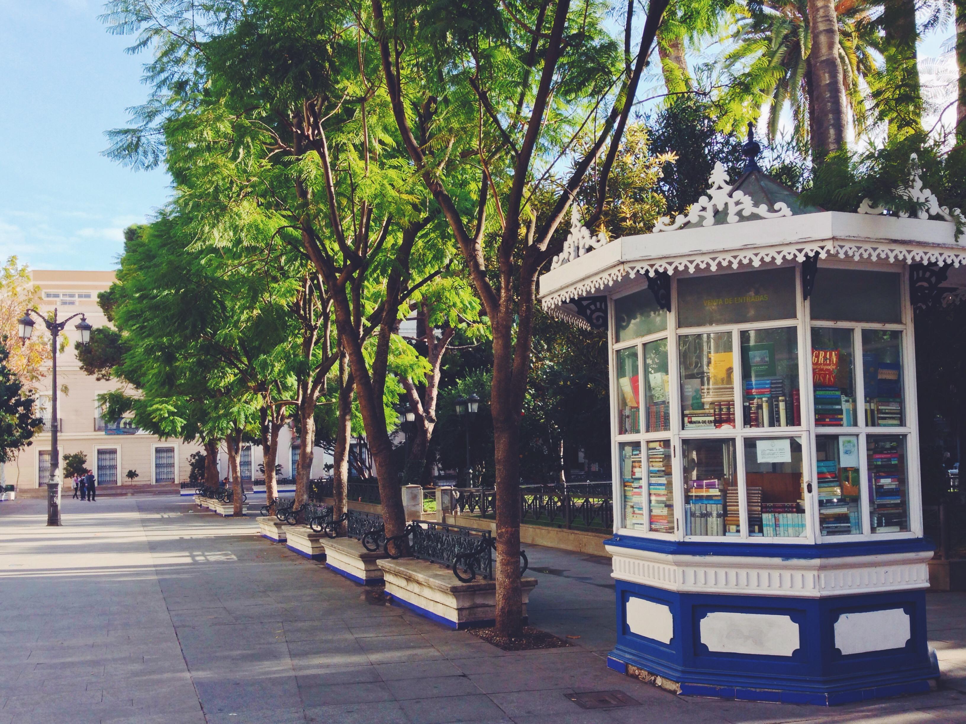 Piccole librerie in piccole piazzette cittadine