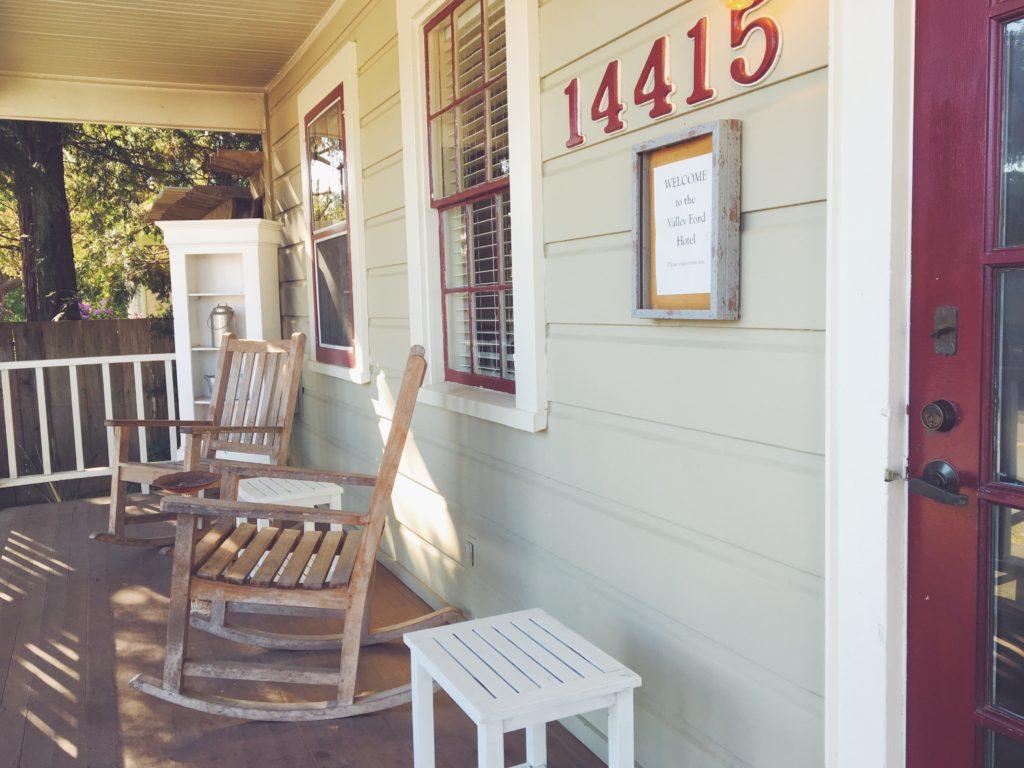 Le verande delle casine di legno americane con sedia a dondolo