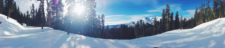Sciare sulle montagne del Lake Tahoe a metà tra la California e il Nevada