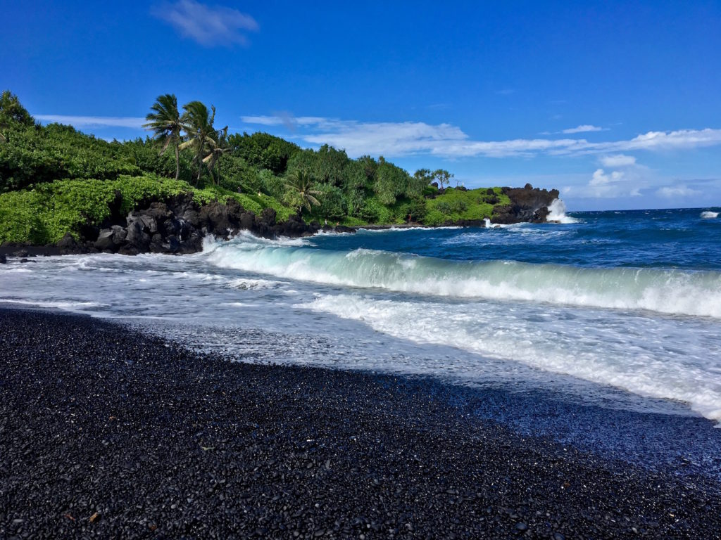 La spiaggia nera sull'oceano - Road to hana di Maui - Hawaii