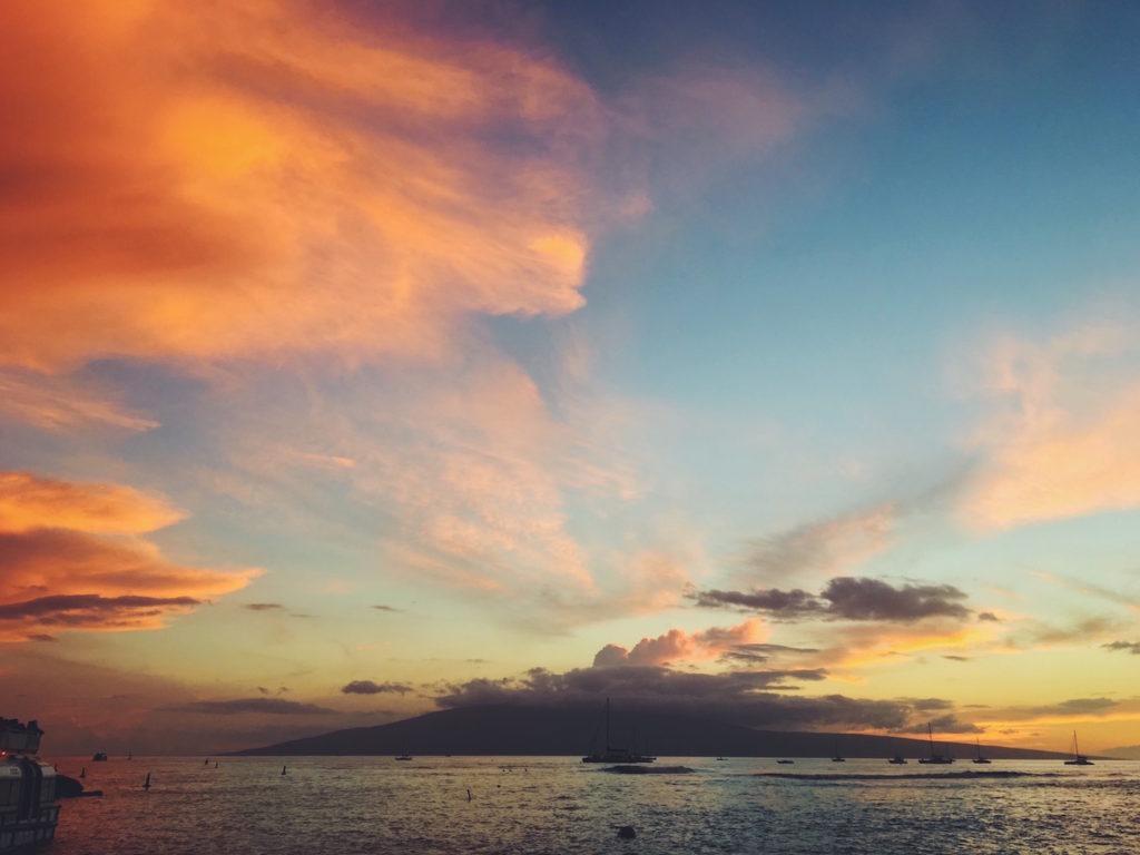 Tramonto in spiaggia sul mare a Maui - Hawaii