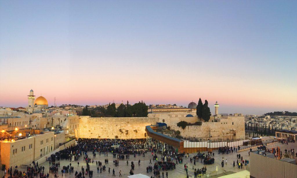 Il muro del pianto di Gerusalemme durante il venerdì al tramonto per lo shabbat