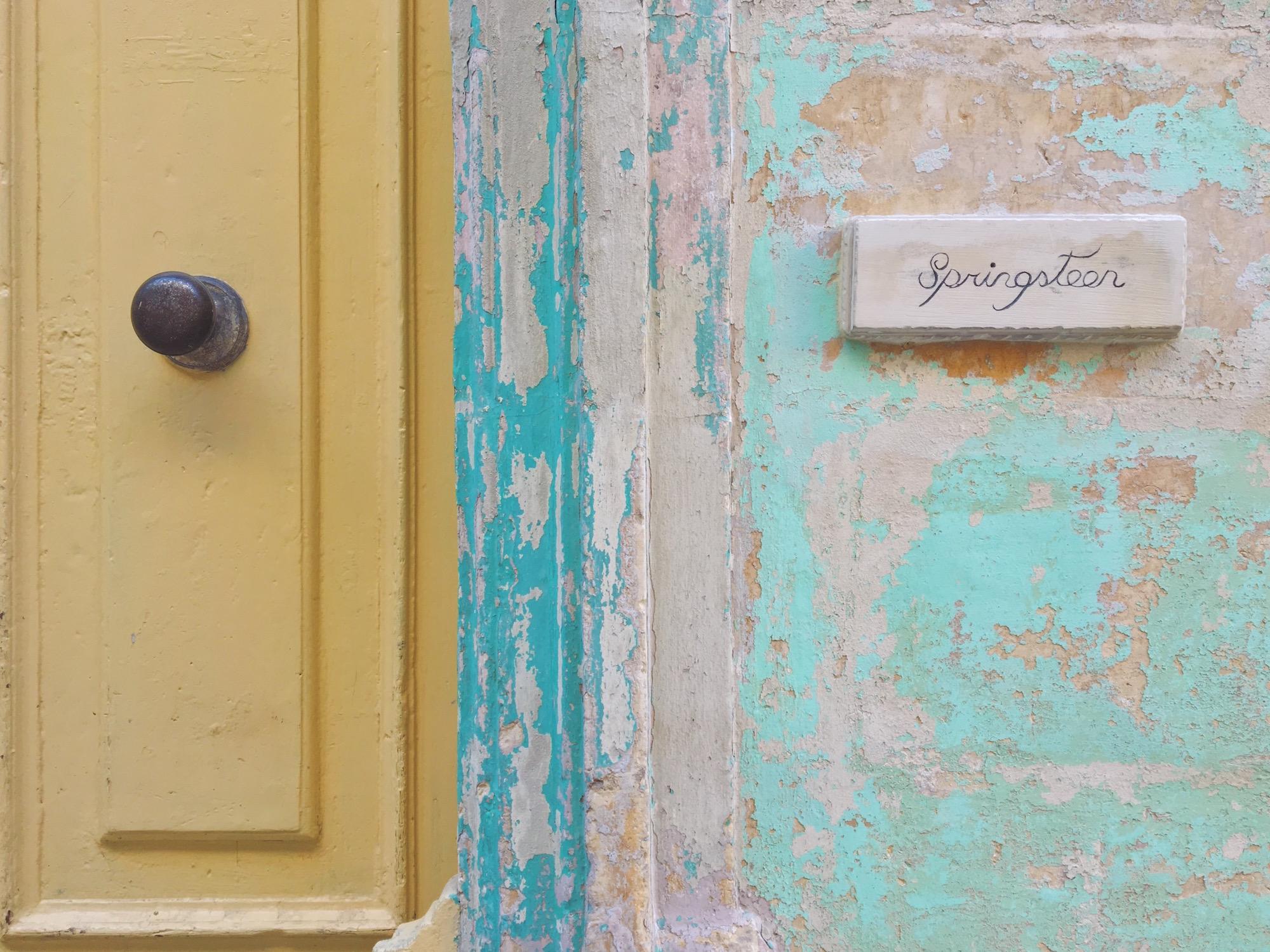 La lingua maltese è un mix tra la lingua araba e il dialetto siciliano, tra il francese e l'inglese