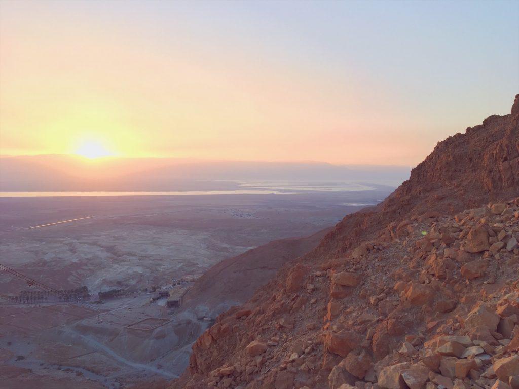 La vista sul mar Morto all'alba dalla fortezza di masada