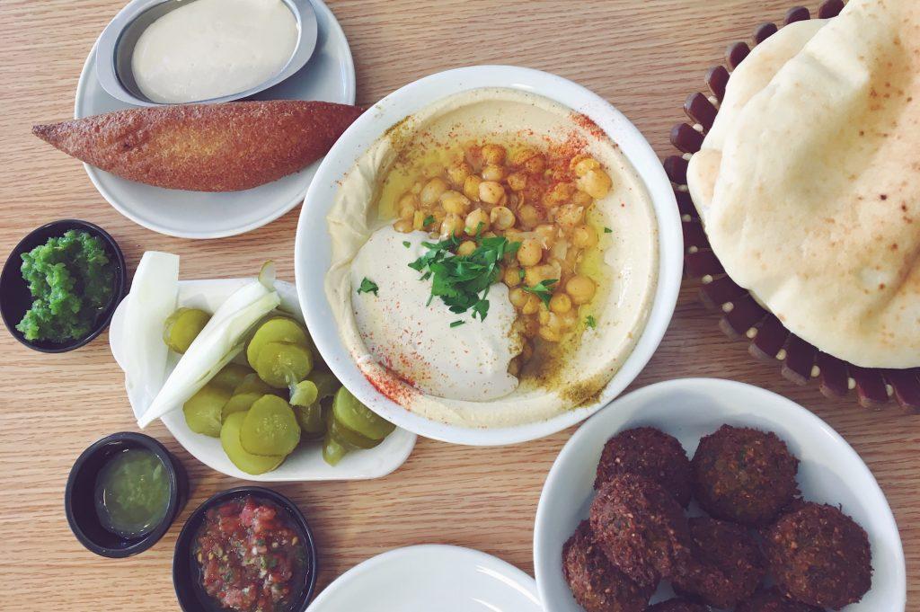 Mangiare hummus a Tel Aviv, in Israele