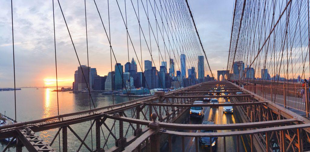 Attraversare il ponte di Brooklyn al tramonto a piedi