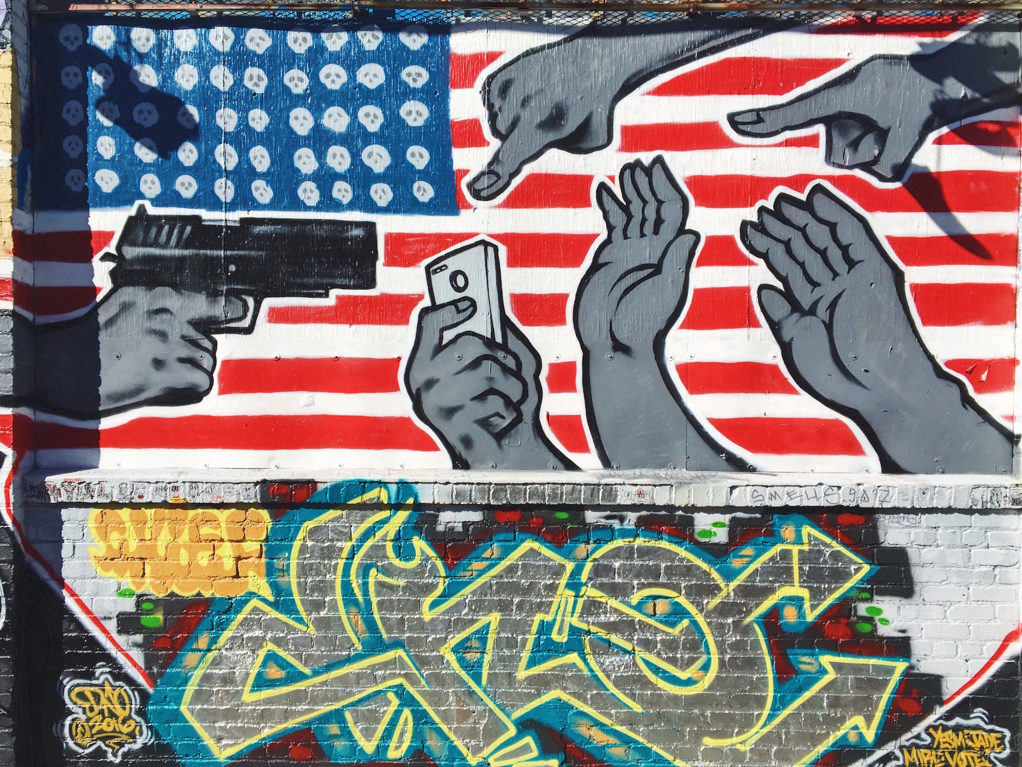 Clarion Alley - Murales nel quartiere Mission di San Francisco - America with guns and smartphones