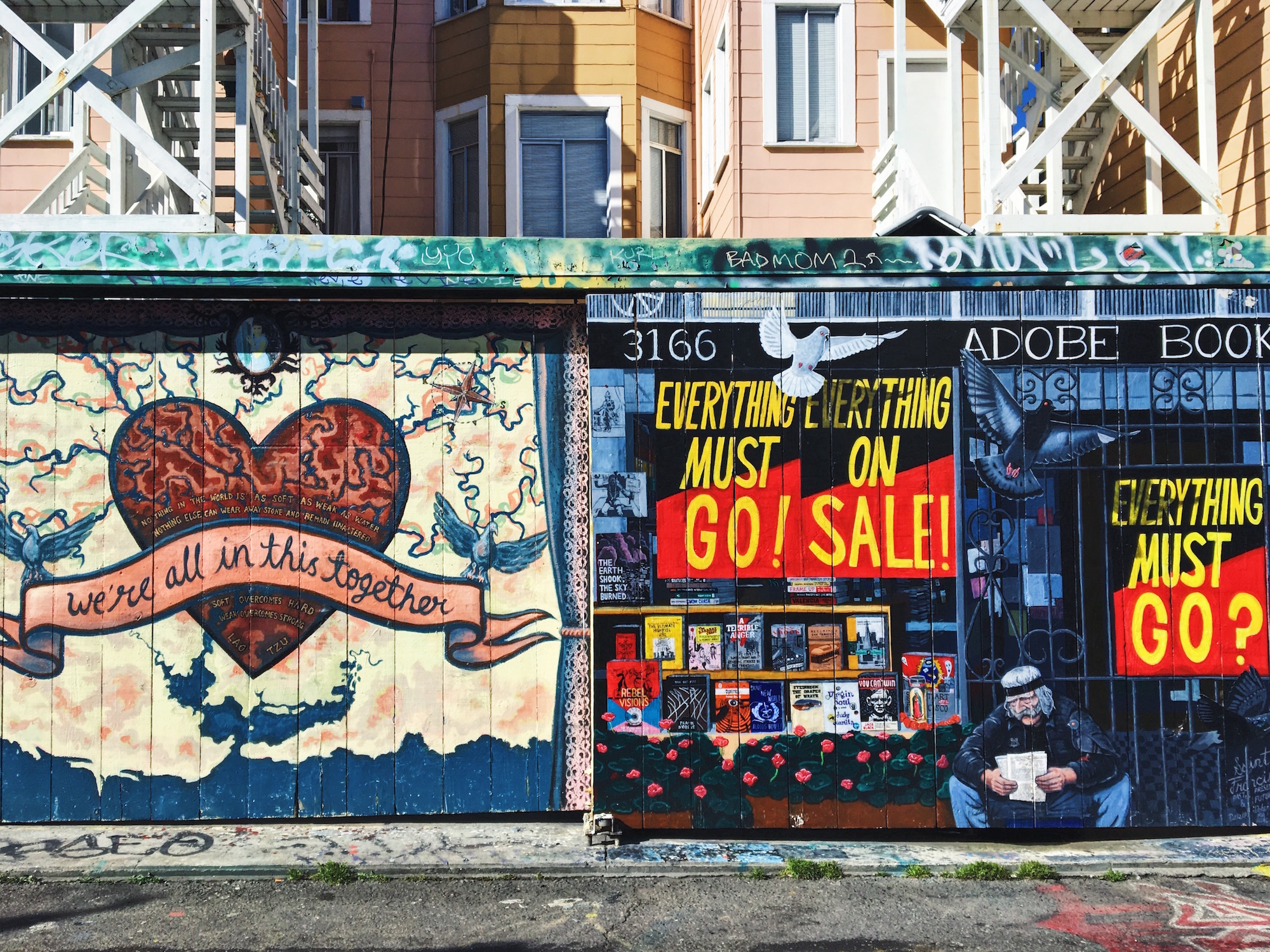 Clarion Alley - Murales nel quartiere Mission di San Francisco - Everything must go (2015) - We're all in this together