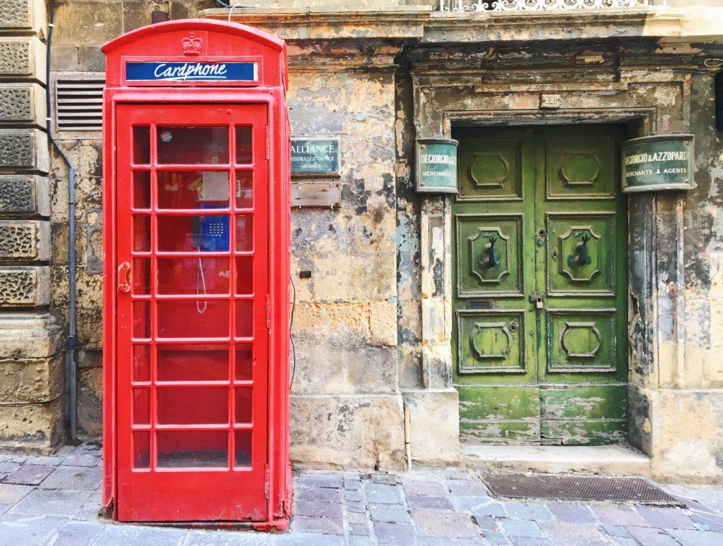 Dettagli inglesi a Malta - le cabine rosse del telefono nelle vie di Valletta