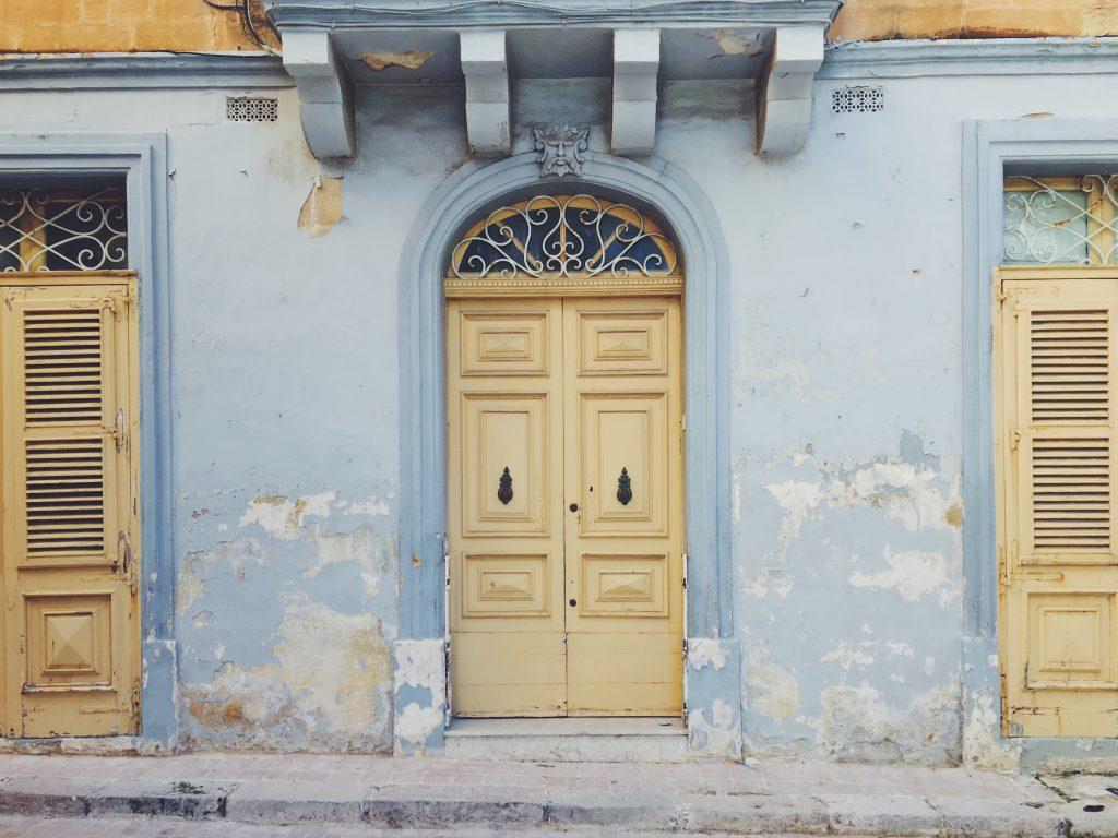 I colori del mare nelle casine colorate di Malta