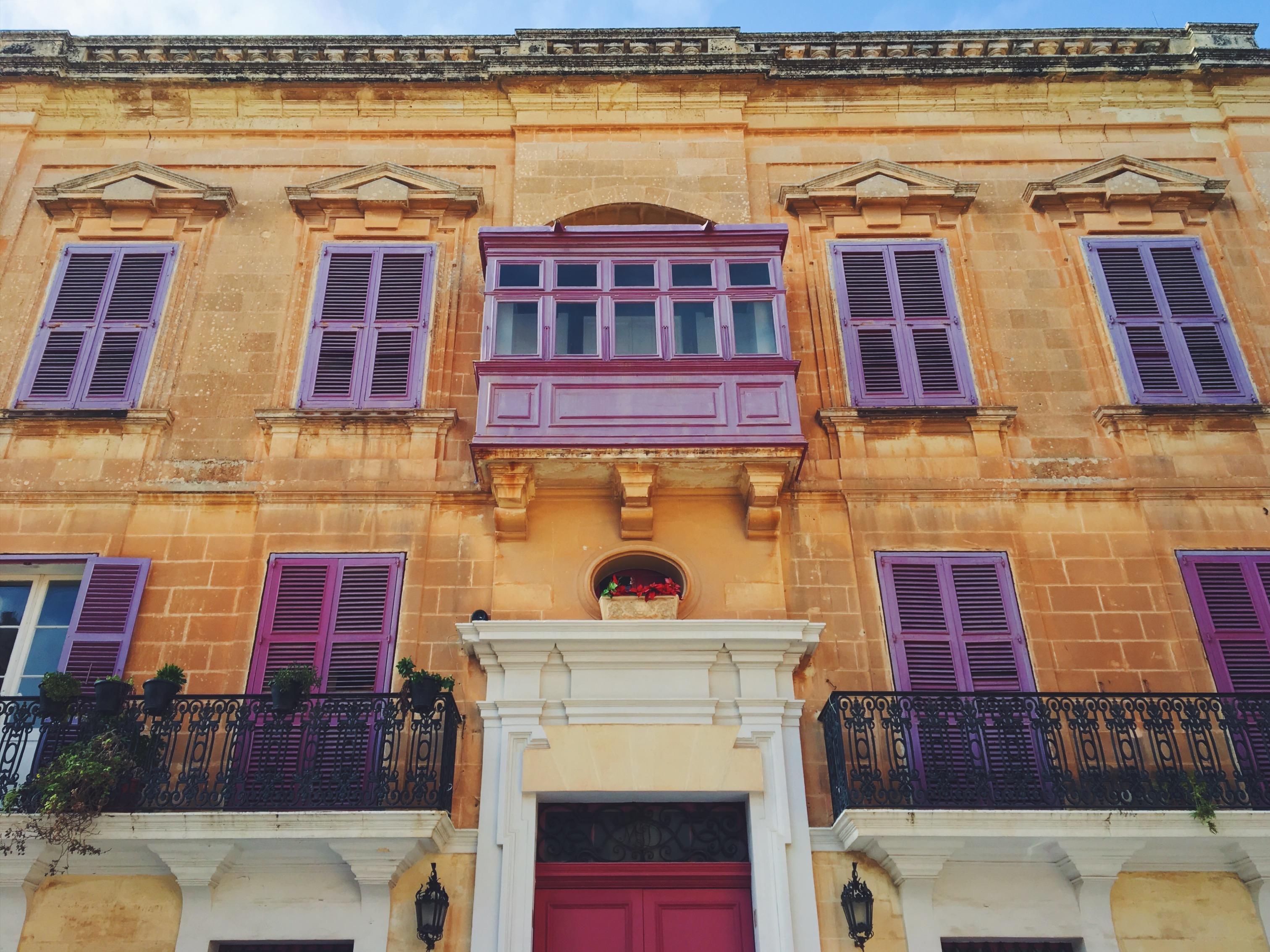 Le finestre viola in una delle case più belle di Malta