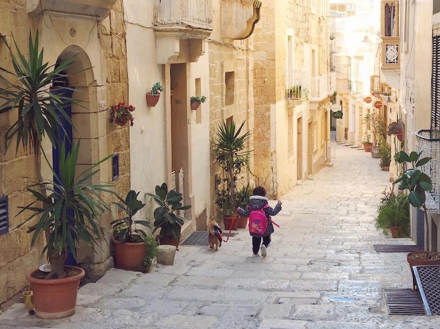 Una bimba con il suo cagnolino tra i vicoli di Vittoriosa - Malta