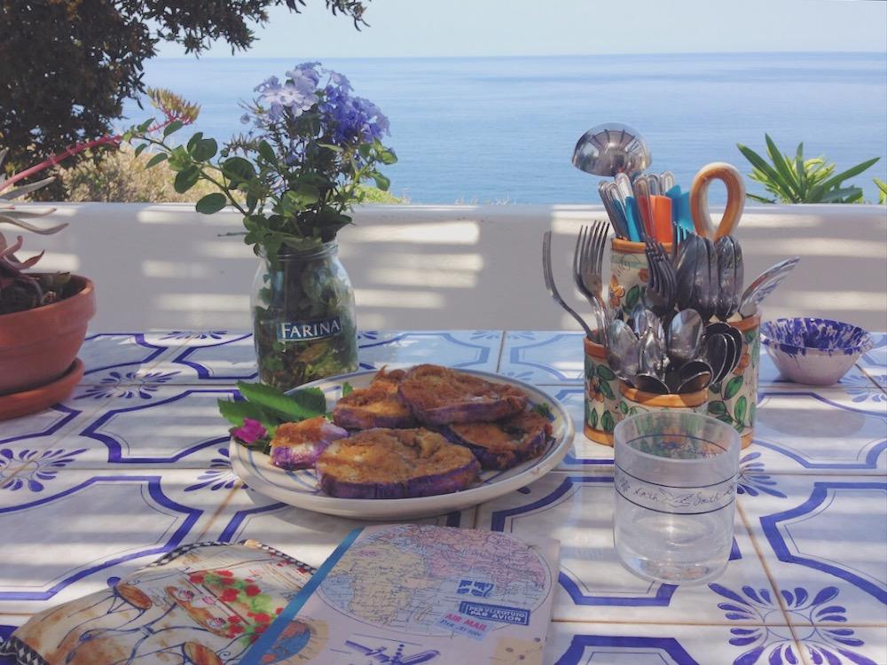 Aperitivo in terrazza sul mare - dove dormire in un dammuso sul mare a Pantelleria
