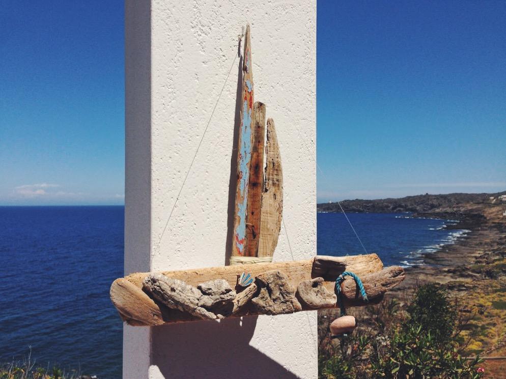 Barchina fatta di legno - dove dormire in un dammuso sul mare a Pantelleria