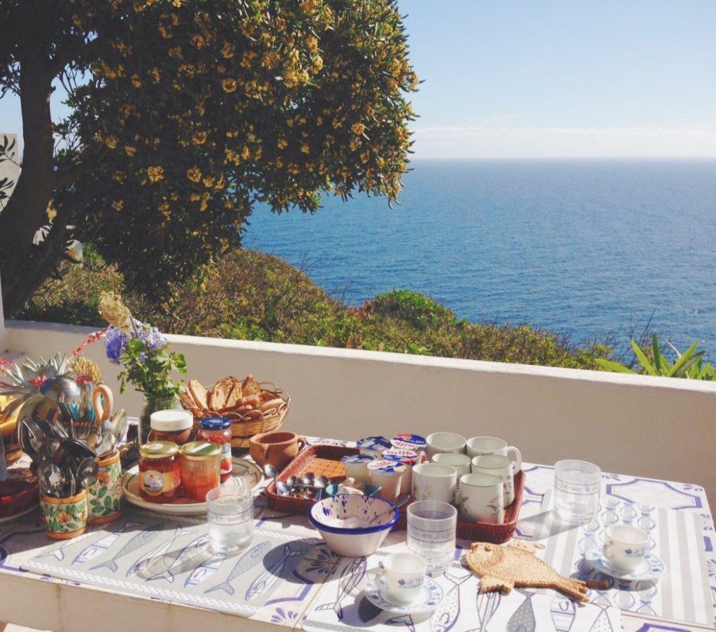 Colazione sul mare a Pantelleria - Dammusi Le Case del Principe