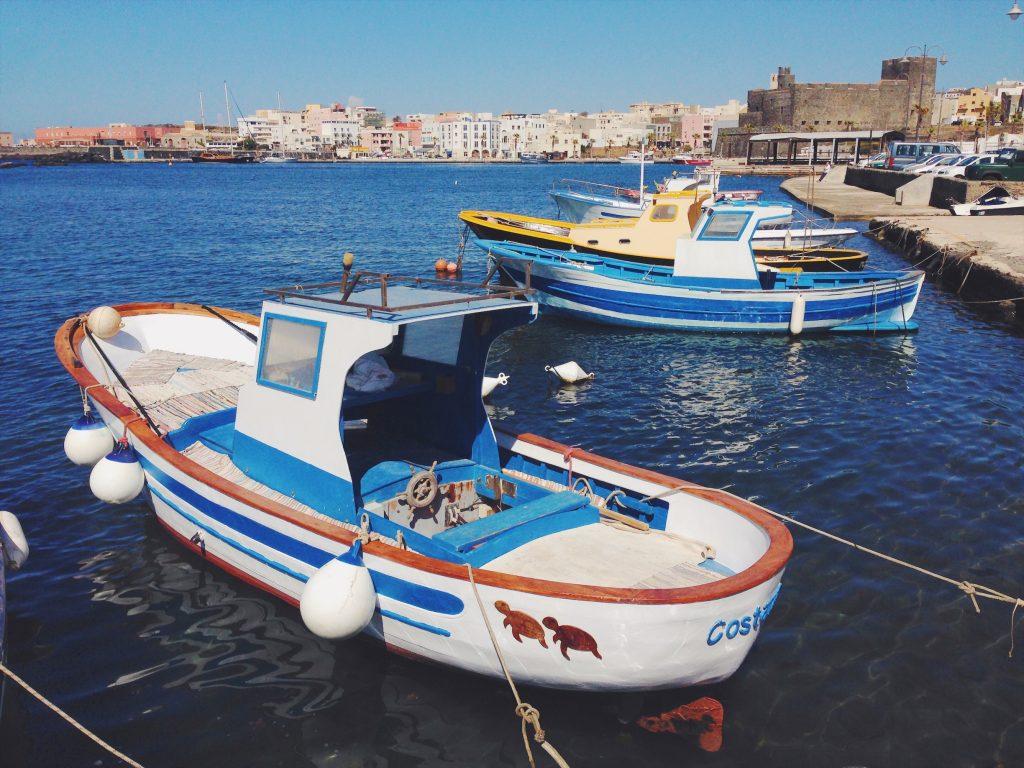 Il porto di Pantelleria con le barchine di legno dipinte - Cosa vedere (e cosa assaggiare) in una settimana a Pantelleria