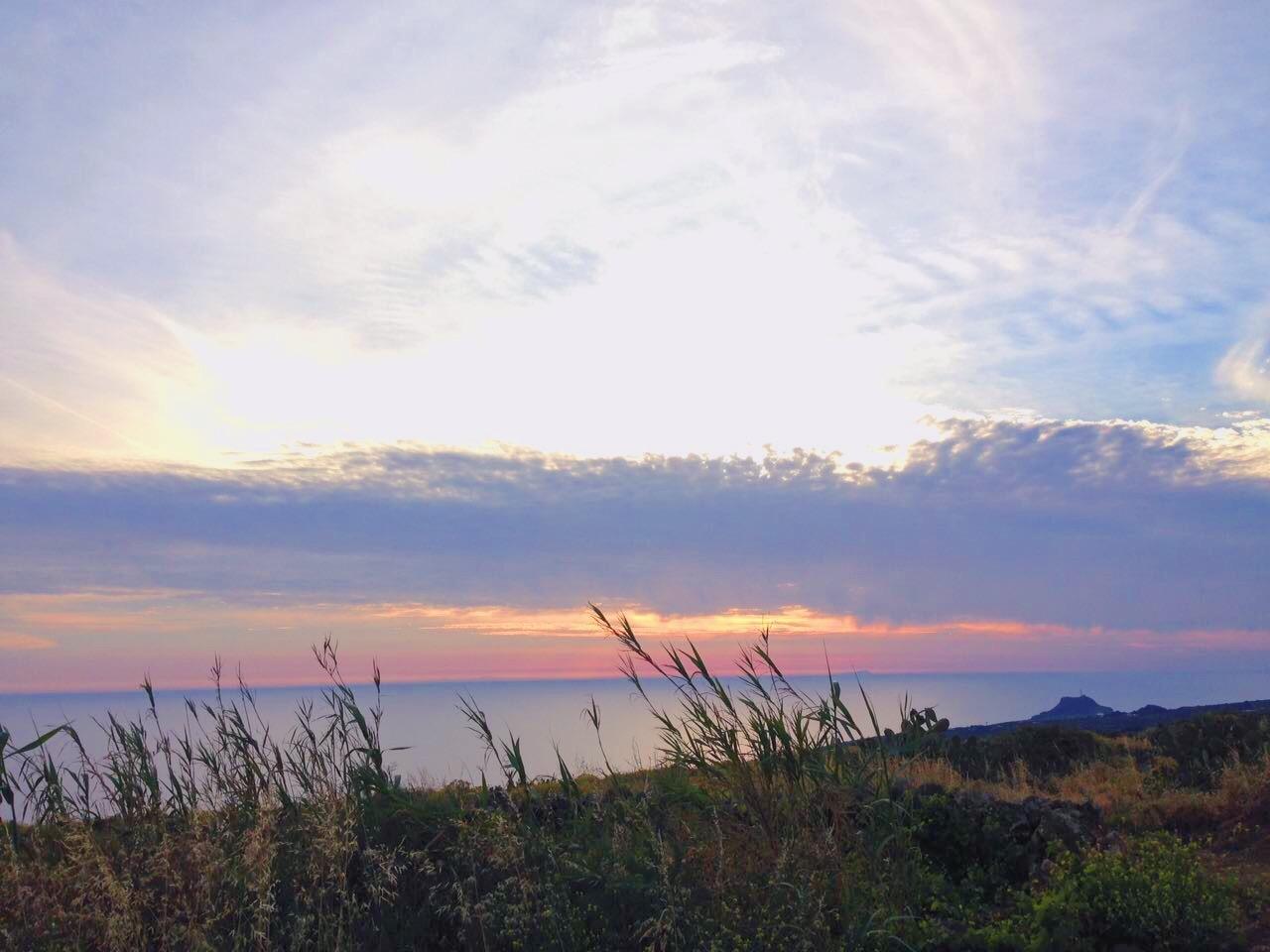 Il tramonto colorato sul mare a Pantelleria -Dammusi Le Case del Principe