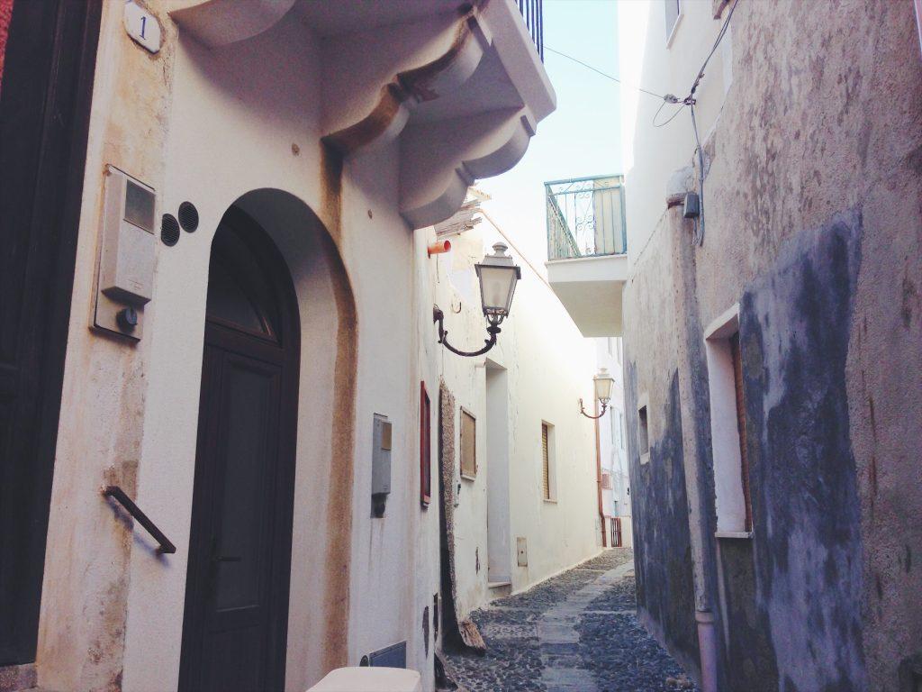 Pantelleria centro con le sue viuzze strette e il porto - Cosa vedere (e cosa assaggiare) in una settimana a Pantelleria