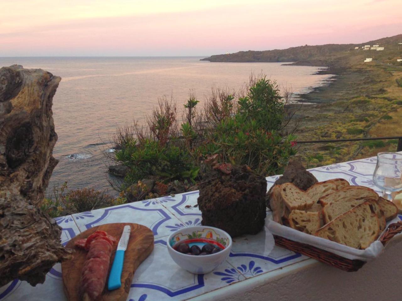 Specialità siciliane a Pantelleria, aperitivo sulla terrazza in riva al mare - dammusi Le Case Del Principe