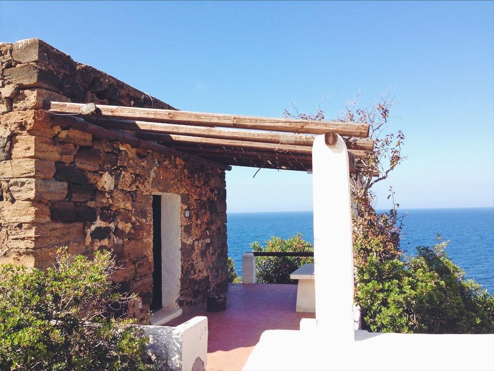 Terrazza affacciata sul mare - dove dormire in un dammuso sul mare a Pantelleria