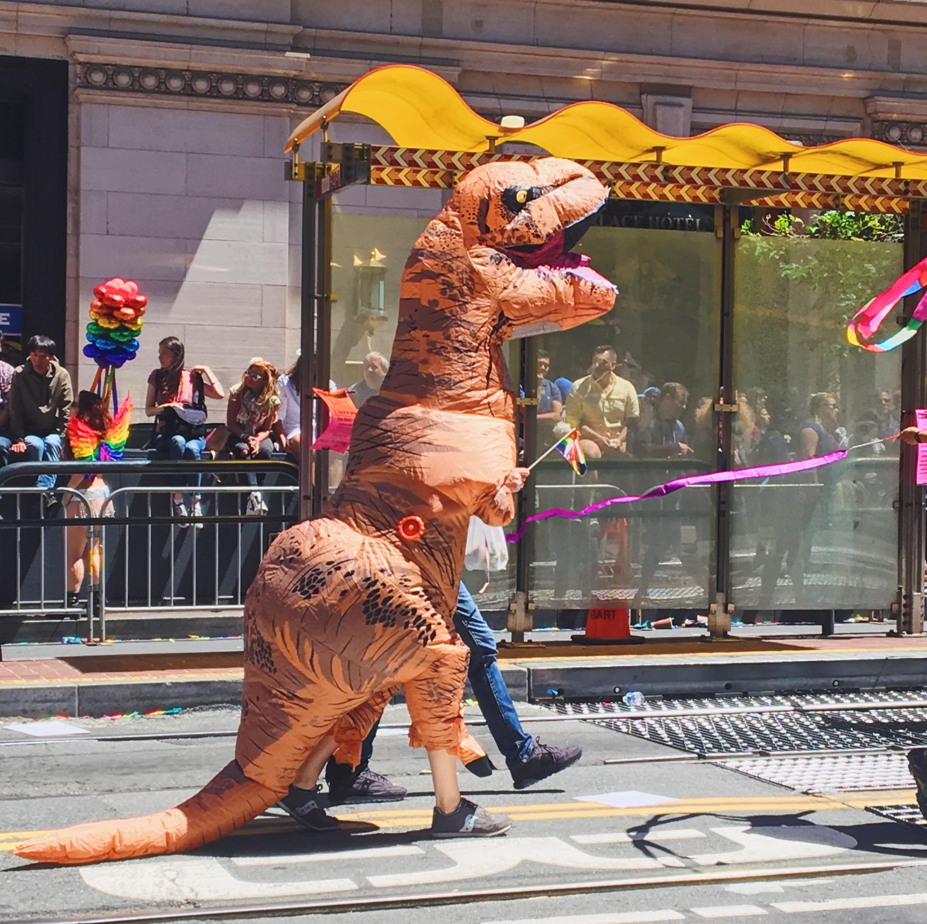 Un t-rex al gay pride - L'evento migliore di San Francisco - la LGBTQ Pride Parade
