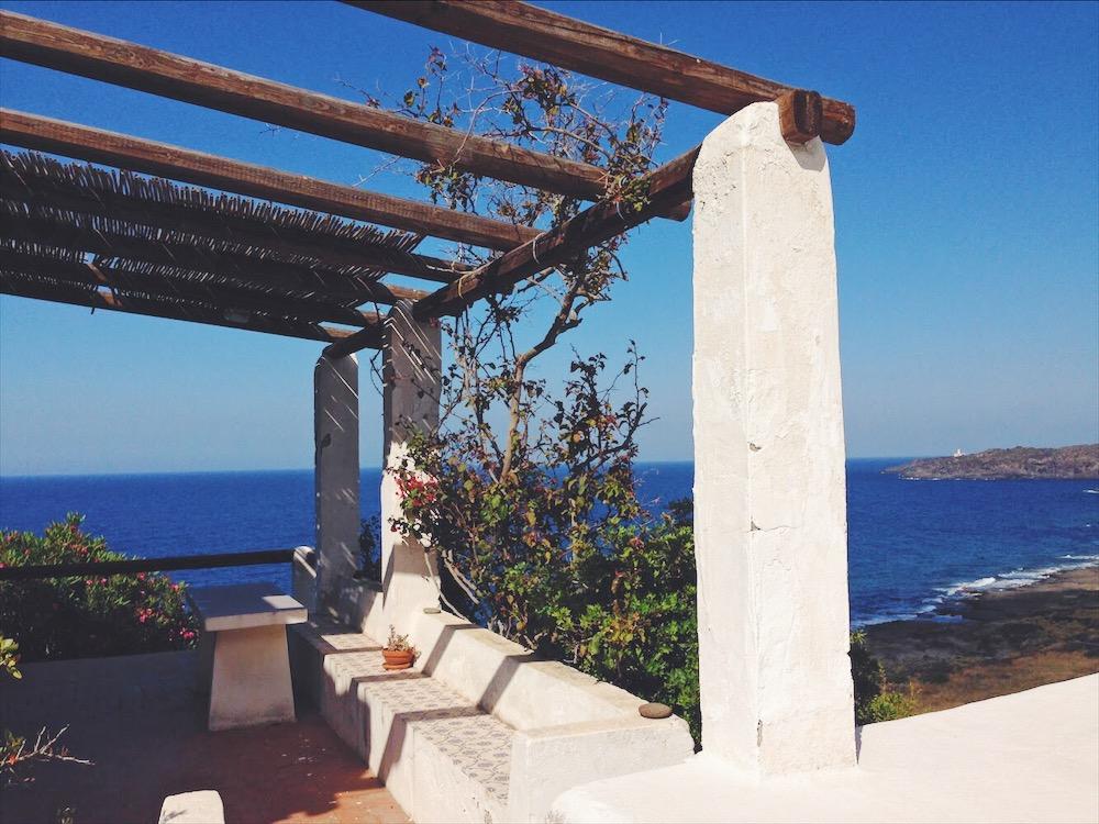 Vedere il mare dalla camera da letto - dove dormire in un dammuso sul mare a Pantelleria