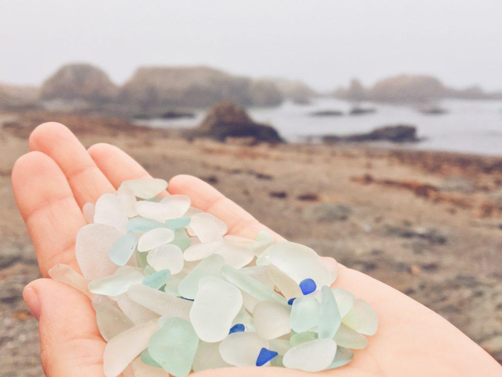 La spiaggia di Glass Beach a Fort Bragg in California - spiaggia famosa per essere composta da vetri levigati di tutti i colori