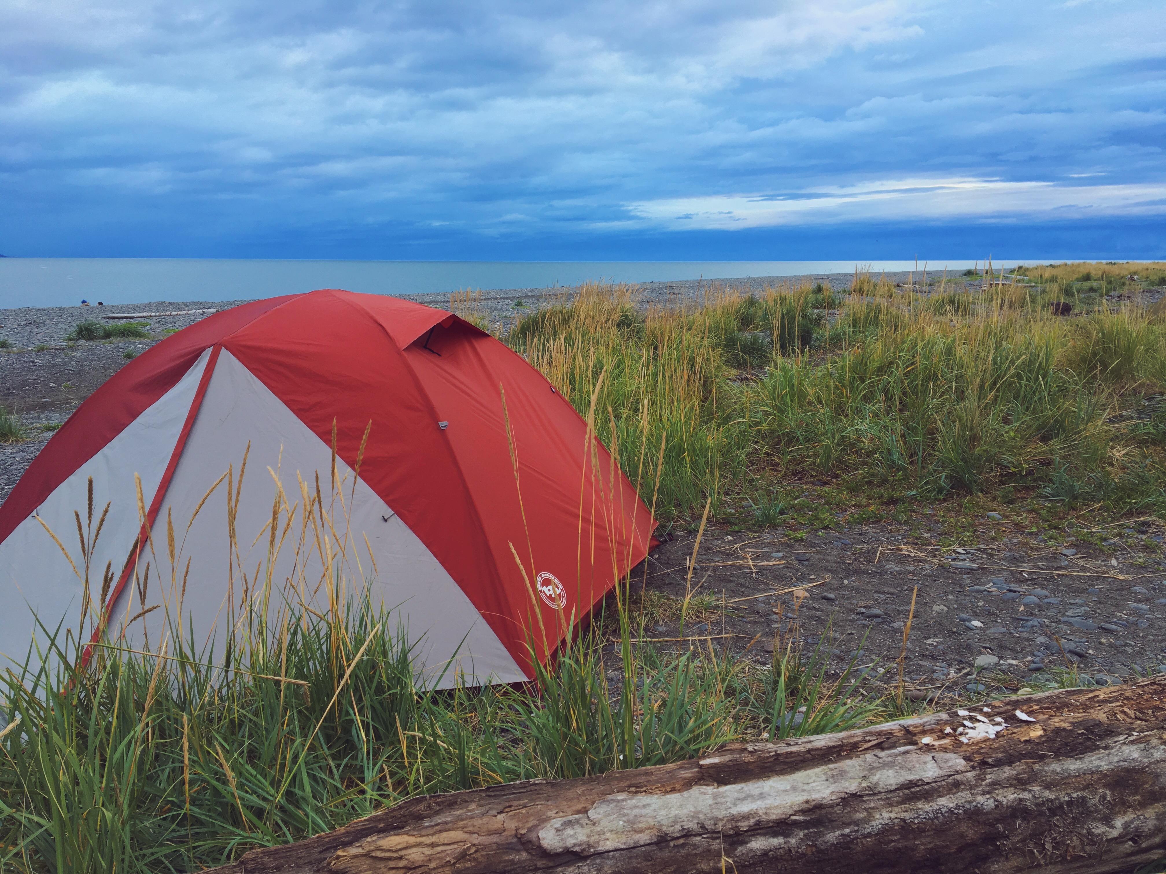 Piantare la tenda in spiaggia in Alaska