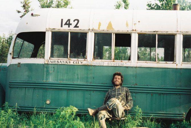Autoscatto di Chris McCandless sullo Stampede Trail davanti al Magic Bus, foto trovata non sviluppata all'interno della sua macchina fotografica dopo la sua morte